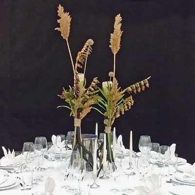 Hvidt-bord-med-sort-bordpynt Bordpynt